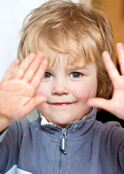 Kind hält Hände hoch