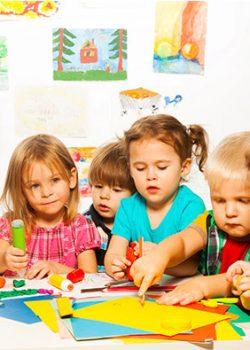 Viele Kinder basteln an Tisch