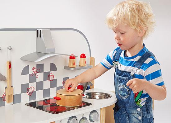 Mit der howa Holz-Spielküche können Kinder selber kochen.