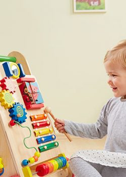 Der howa Lauflernwagen aus Holz fördert die Feinmotorik von Kindern.