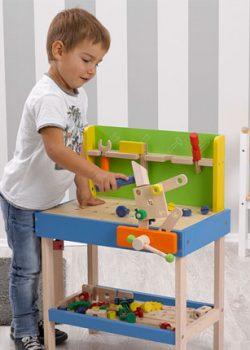 Junge übt seine Kreativität an der howa Werkbank aus Holz