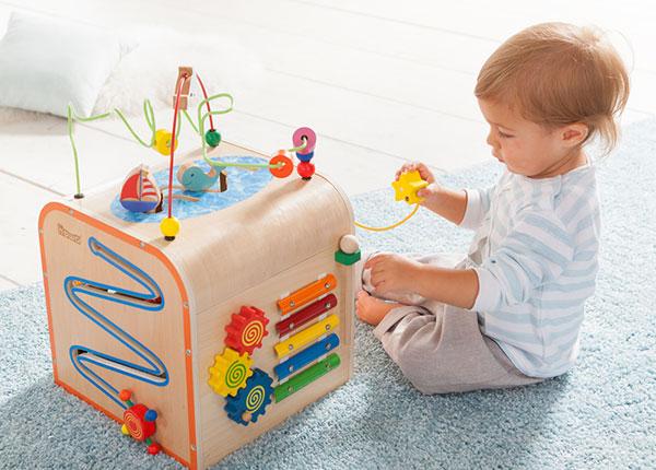Kleines Kind schult im Spiel mit dem howa Motorikwürfel seine Sinne