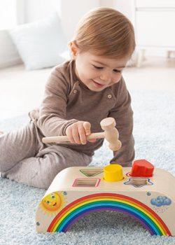 Baby spielt mit Holzspielwaren
