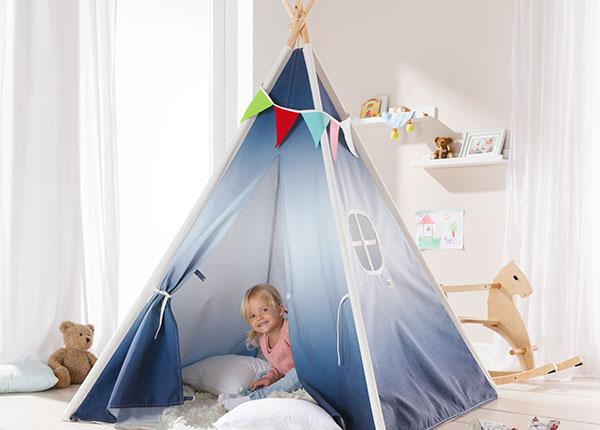 Mädchen sitzt in ihrem Tipi-Zelt