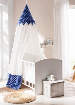 Kinderzimmer eingerichtet mit Holz Babybett