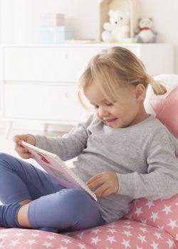 Mädchen mit Buch im Schoss