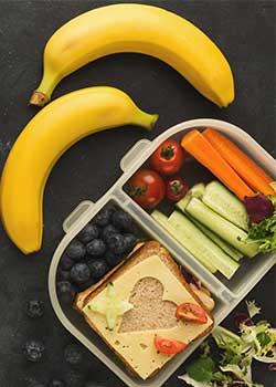 Pausenbrot Box mit Gemüse und Obst