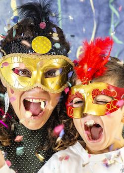 Mutter und Sohn in Karnevalsmasken